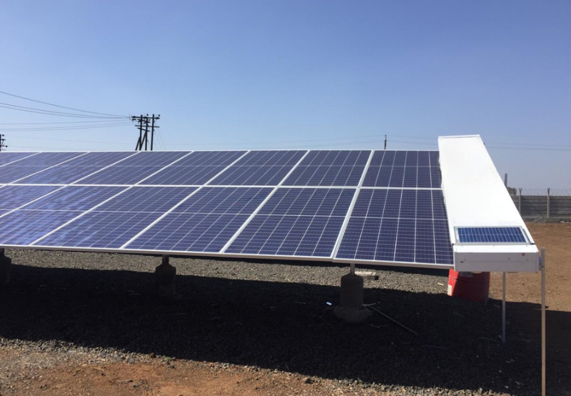 Long robot solar cleaning