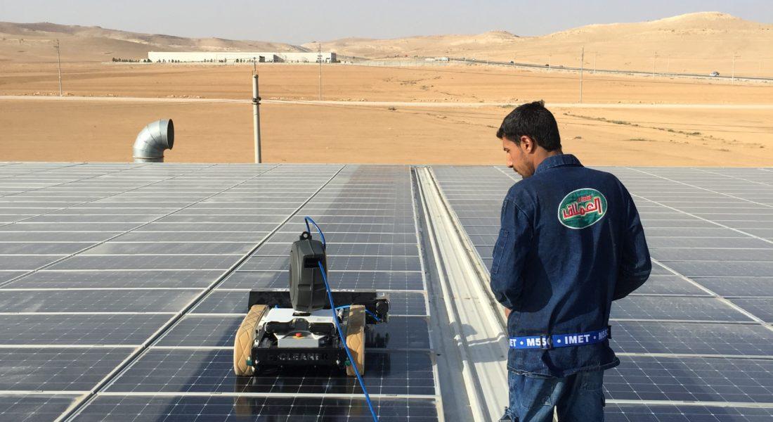 Robot rửa pin mặt trời